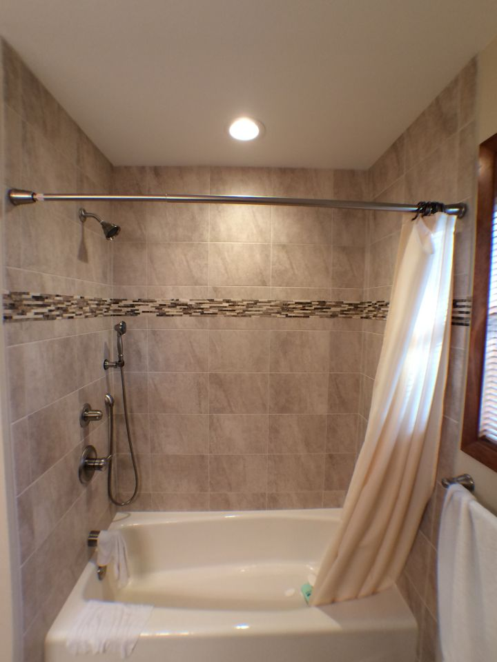Rectangular tile tub surround with stone accent band